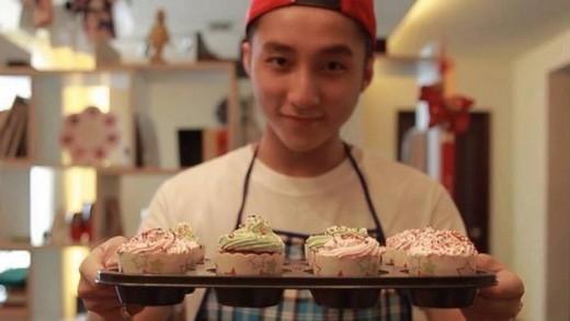 Tự tay làm những chiếc bánh vừa to vừa ngon tặng fan. (Ảnh: Internet) - Tin sao Viet - Tin tuc sao Viet - Scandal sao Viet - Tin tuc cua Sao - Tin cua Sao