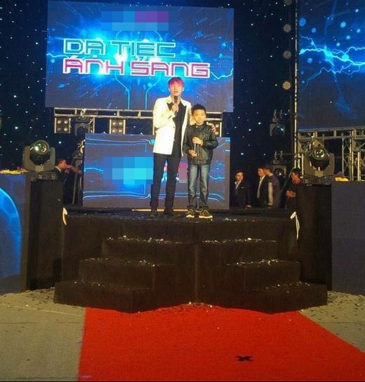 Sơn Tùng M-TP cùng bé Minh thể hiện Em của ngày hôm quatrên sân khấu trước hàng trăm khán giả. (Ảnh: Internet) - Tin sao Viet - Tin tuc sao Viet - Scandal sao Viet - Tin tuc cua Sao - Tin cua Sao