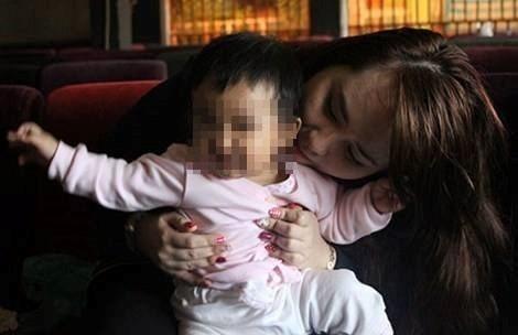 Cô gái mang cháu ruột bịa chuyện đó là con tử tù đang chuẩn bị thi hành án để câu like. Ảnh:FBNV.