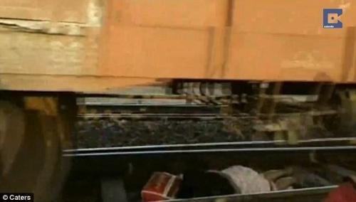 Người phụ nữ nằm im cứu mình khi 56 toa tàu chạy băng qua người