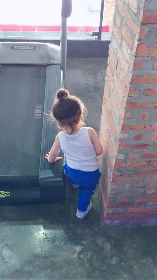 Cadie thích thú khám phá mọi thứ xung quanh - Tin sao Viet - Tin tuc sao Viet - Scandal sao Viet - Tin tuc cua Sao - Tin cua Sao