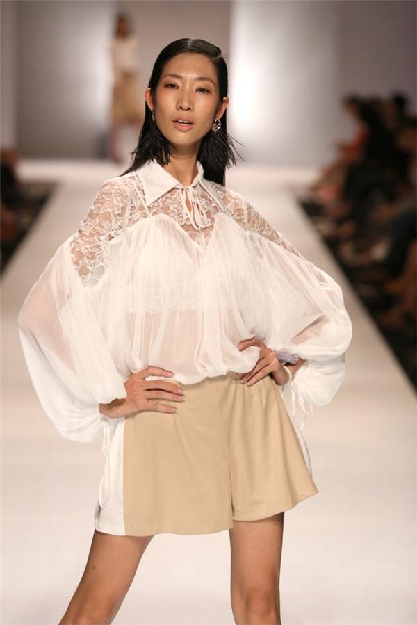 Huỳnh Nu diện chiếc áo cách tân với phần ren quanh ngực đem tới vẻ tươi trẻ vô cùng tự do.