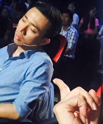 """Không ít lần những hình ảnh """"ngủ gà ngủ gật"""" của nam danh hài được các đồng nghiệp chụp lại. - Tin sao Viet - Tin tuc sao Viet - Scandal sao Viet - Tin tuc cua Sao - Tin cua Sao"""