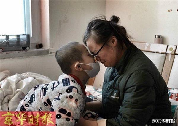 Lúc phóng viên đến, cậu bé 5 tuổi đang đeo khẩu trang ở trên giường chơi game, mẹ cậu bé ở bên cạnh chăm sóc. Nhắc đến bệnh tình của con, người mẹ tội nghiệp không kiềm được nước mắt, chị cho biết, cậu bé trước đó đi học ở dưới quê, chỉ vừa học được nửa năm thì phát hiện ra mắc phải căn bệnh hiểm nghèo này. (Nguồn Kinh Hoa Thời Báo)