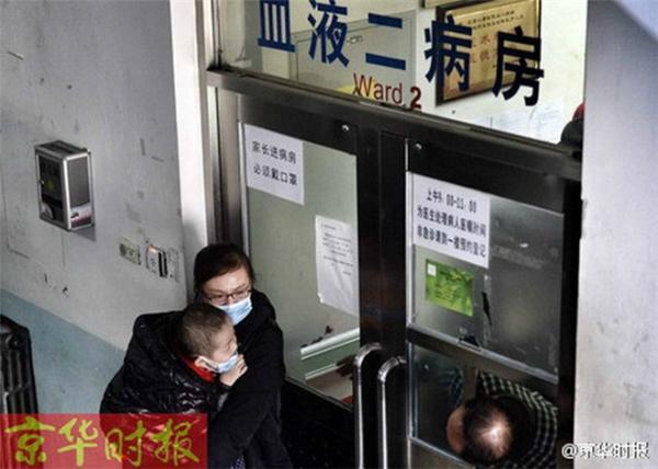 Vợ anh đưa con đi khám bệnh, cả ngày chị ấyđều bên cạnh chăm sóc con. Việcbán hoa cũng giúp gia đìnhanh có thêm thu nhập kha khá trong việctrang trải chocuộc sống đắt đỏở Bắc Kinh. (Nguồn Kinh Hoa Thời Báo)