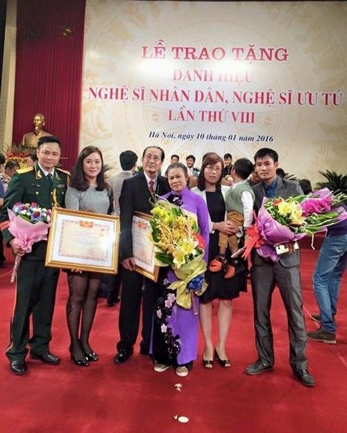 Hai cha con nghệ sĩ Vũ Tự Lẫm - Vũ Tự Long cùng được trao tặng danh hiệu NSƯT và NSND một ngày. Ảnh: T.L. - Tin sao Viet - Tin tuc sao Viet - Scandal sao Viet - Tin tuc cua Sao - Tin cua Sao