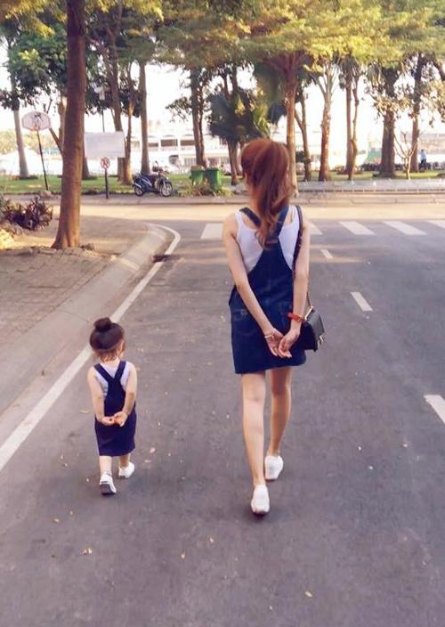 """Không chỉ diện """"đồng phục"""", hai mẹ con còn thường xuyên bắt chước các tư thế, động tác của nhau rất ngộ nghĩnh - Tin sao Viet - Tin tuc sao Viet - Scandal sao Viet - Tin tuc cua Sao - Tin cua Sao"""