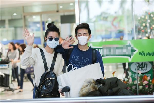 Cặp đôi vui vẻ vẫy tay chào thân thiện - Tin sao Viet - Tin tuc sao Viet - Scandal sao Viet - Tin tuc cua Sao - Tin cua Sao