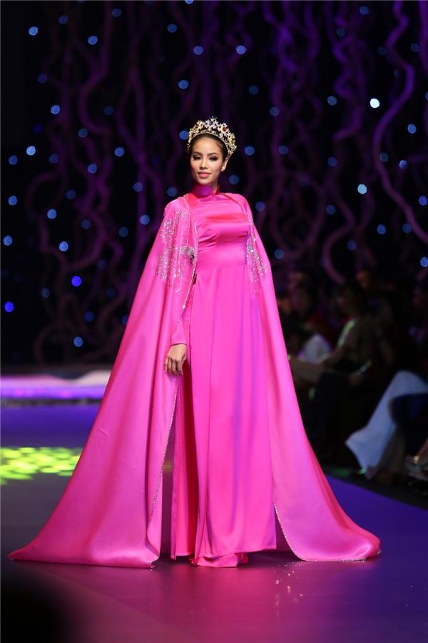 Chiếc áo dài hồng kết hợp áo choàng bên ngoài của Phạm Hương cũng được đưa ra mức giá khá cao 280 triệu đồng. Cô chỉ trình diễn một thiết kế trong toàn bộ show diễn.