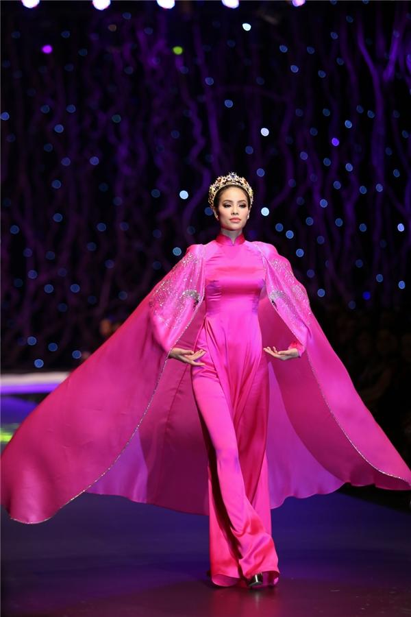 Hoa hậu Hoàn vũ Việt Nam 2015 kiêu sa, quyến rũ trên sàn diễn. Cô còn được đội vương miện kết hợp cùng chiếc áo dài.