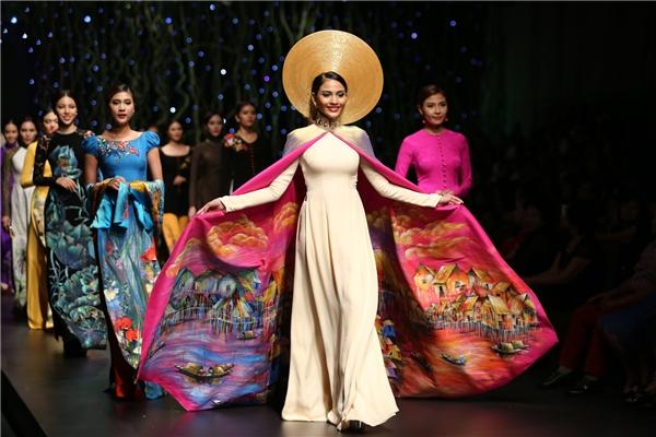 Á hậu các dân tộc Việt Nam cũng chính là người mẫu khép lại show diễn với bộ áo dài được in họa tiết nhiều màu sắc như tóm gọn cả chủ đề của show diễn.