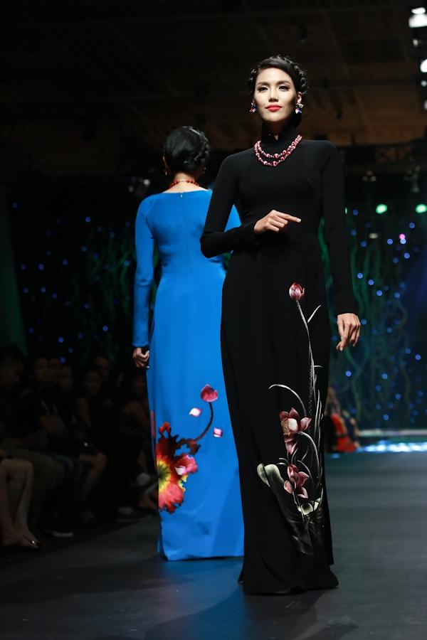 Người đẹp hóa thân thành quý cô cổ điển với sắc đen huyền bí, mạnh mẽ. Họa tiết hoa sen ở chân tà áo như thẩ hiện mọi nét đẹp tinh túy, thuần khiết của người phụ nữ Việt.