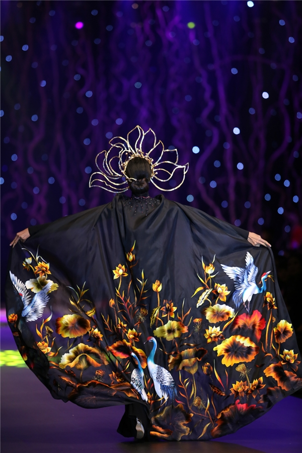 Chiếc áo dài đen kết hợp áo choàng thêu họa tiết rực rỡ bên ngoài chính là mẫu thiết kế được đấu giá cao nhất trong đêm diễn 405 triệu đồng. Lan Khuê cảm thấy vui mừng vì góp được một phần công sức cho quỹ từ thiện của nhà thiết kế Đinh Văn Thơ.