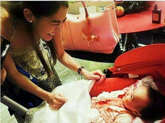 Bức ảnh hai mẹ con cười cực tươi đã thu hút sự chú ý của người hâm mộ.