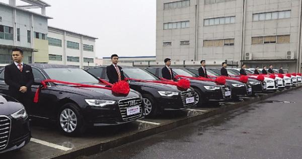 13 chiếc Audi A6 được xếp thành hàng ngang trong buổi tổng kết cuối năm của công ty này. (Ảnh: Internet)