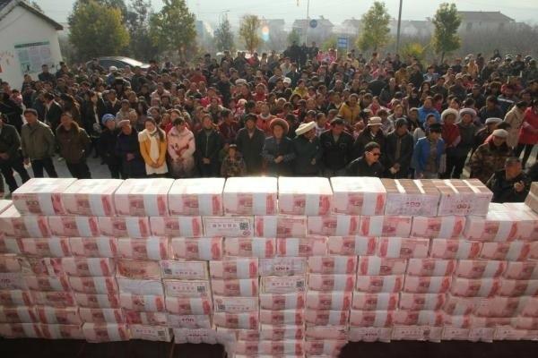 """Một công ty Trung Quốc khác từng chất """"núi tiền"""" để thưởng cho nhân viên. (Ảnh: Internet)"""