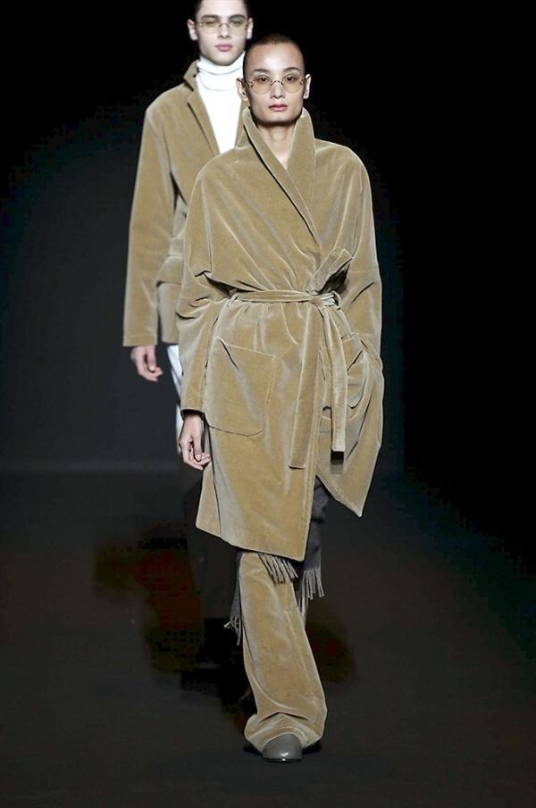 Chỉ sau hai ngày sang Milan, Lê Thúy đã có được show diễn đầu tiên cho nhà mốt Lucio Vanotti. Cô diện bộ trang phục kết hợp giữa quần và áo dáng dài mang đậm hơi thở thời trang Thu - Đông. Với chiều cao vượt trội 1m84,5 cùng gương mặt góc cạnh khá được ưa chuộng tại các kinh đô thời trang lớn, thành công của Lê Thúy gần như là điều có thể nhìn thấy được.
