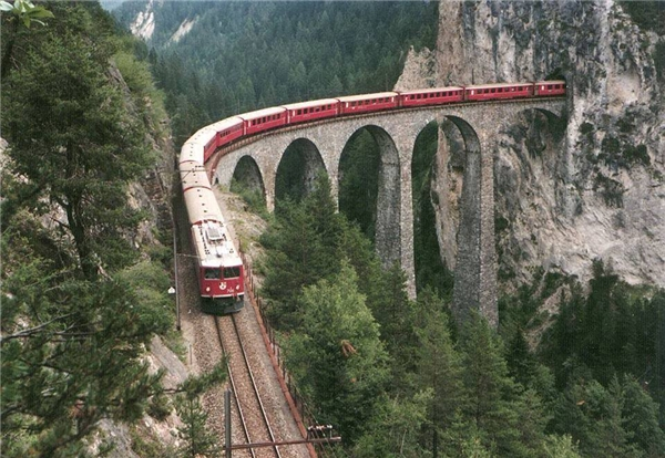 Cầu Landwasser Viaduct được xây dựng trên 63km chiều dài của tuyến đường sắt Albul. (Ảnh: Internet)