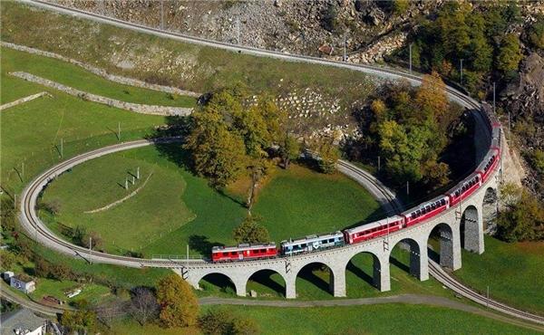 Mặc dù mang tên là tàu tốc hành nhưng Glacier Express chính là tuyến tàu tốc hành chậm nhất trên thế giới. (Ảnh: Internet)