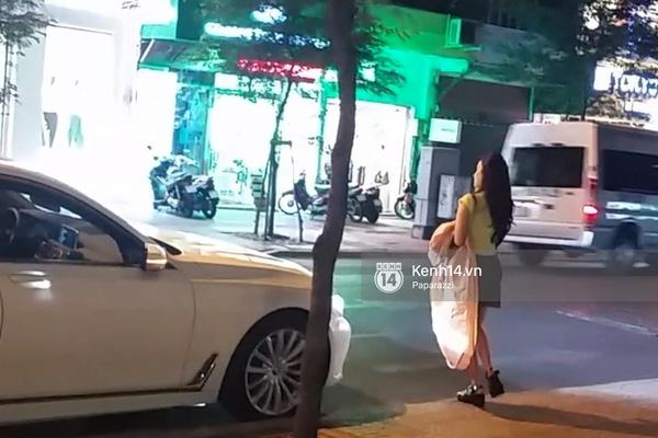 Midu đi vào cửa hàng thời trang và Phan Thành đợi ở ngoài. (Ảnh: Internet) - Tin sao Viet - Tin tuc sao Viet - Scandal sao Viet - Tin tuc cua Sao - Tin cua Sao