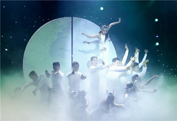 Tiết mục đột ngột thay đổi khi tiếng sáo du dương vang lên. Chẳng mấy chốc tất cả các dancer đều thay cho mình chiếc áo trắng. - Tin sao Viet - Tin tuc sao Viet - Scandal sao Viet - Tin tuc cua Sao - Tin cua Sao