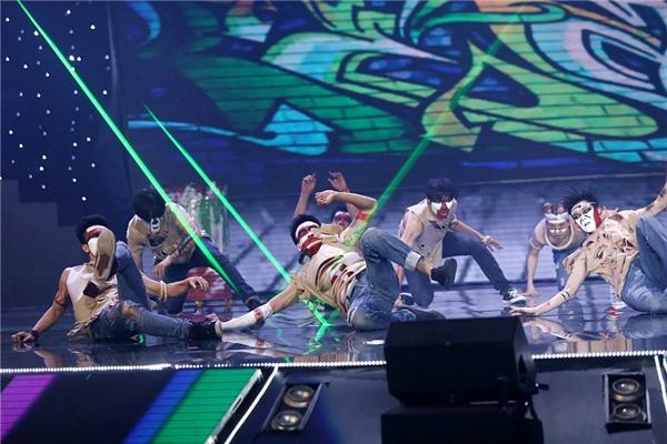 Những dancer xuất hiện với tạo hình lạ mắt ngay lập tức thu hút sự chú ý của khán giả. - Tin sao Viet - Tin tuc sao Viet - Scandal sao Viet - Tin tuc cua Sao - Tin cua Sao