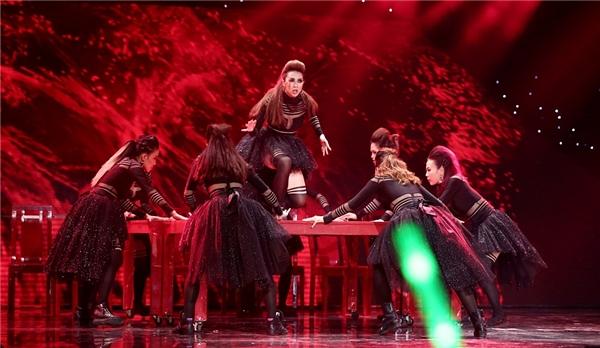"""Kết thúc phần nhảy cực """"sung"""", các dancer xinh đẹp của đội nhanh chóng leo cả lên bàn. - Tin sao Viet - Tin tuc sao Viet - Scandal sao Viet - Tin tuc cua Sao - Tin cua Sao"""