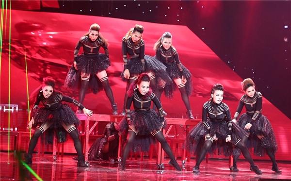 Đội hình vũ đạo ấn tượng của team Hoàng Thùy Linh.. - Tin sao Viet - Tin tuc sao Viet - Scandal sao Viet - Tin tuc cua Sao - Tin cua Sao