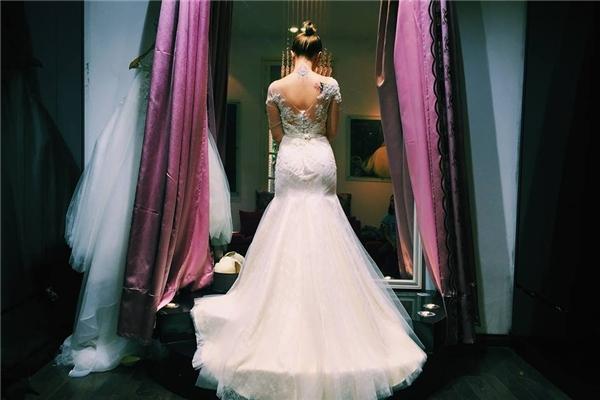Bức hình cô dâuMạc Huyềntrong bộ váy cưới được chú rể Ứng Kiênchụp từ sau khiến nhiều bạn trẻ vô cùng tò mò.(Ảnh: Internet)