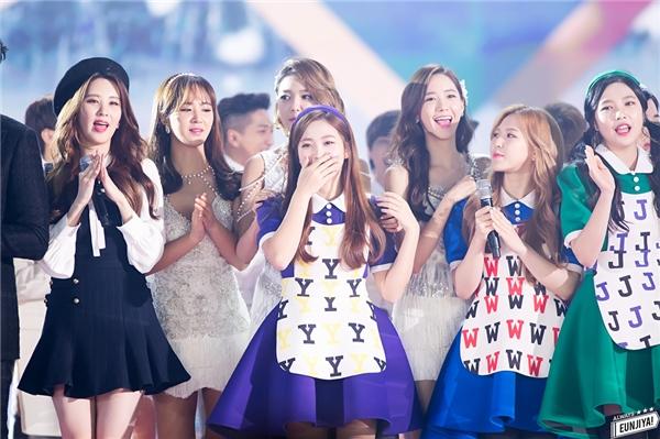 Hình ảnh SNSD đứng cạnh Red Velvet trêncác sân khấu chung đã không còn xa lạ vớifan hai nhóm.