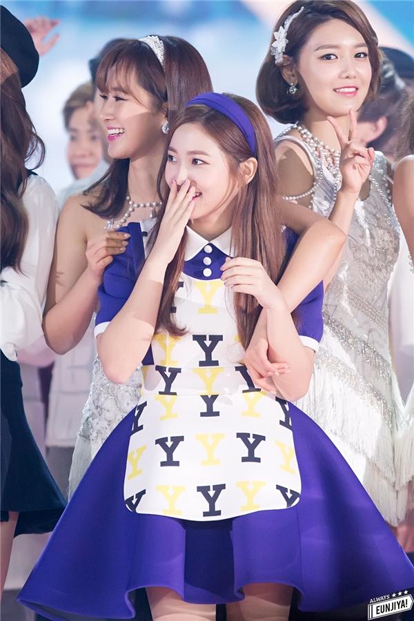 Khi mới ra mắt, Yeri nhận được sự chú ý của đông đảo cộng đồng fan Kpop nhờ vẻ ngoài hao hao Yoona. Nữ thần tượng sinh năm 1999 là cô em út được tất cả các thành viên SNSD yêu mến.