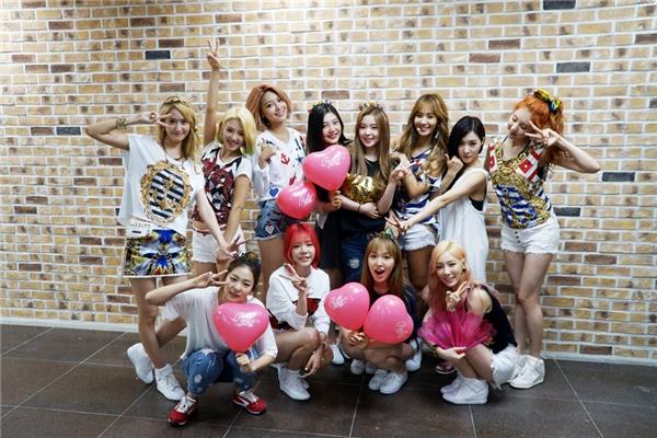 Tại sân khấu trở lại đầu tiên quảng bá ca khúc Partycủa SNSD, cả 5 thành viên Red Velvet đều đến ủng hộ đàn chị.