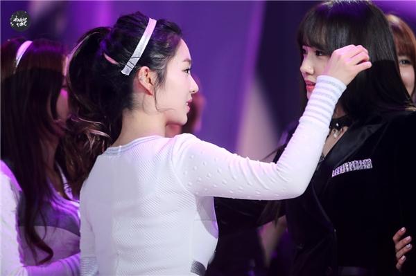 Irene cẩn thận chỉnh tóc cho Yoona.