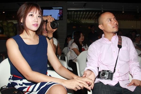 Anh luôn nắm chặt tay bạn gái khi cùng xuất hiệntrong các sự kiện. - Tin sao Viet - Tin tuc sao Viet - Scandal sao Viet - Tin tuc cua Sao - Tin cua Sao