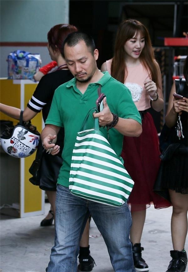 Tiến Đạt từng nhiều lần xuất hiện trong hậu trường đêm diễn có sự tham gia của Hari Won. Anh không ngần ngại xách đồ và hỗ trợ bạn gái khi đi diễn. - Tin sao Viet - Tin tuc sao Viet - Scandal sao Viet - Tin tuc cua Sao - Tin cua Sao