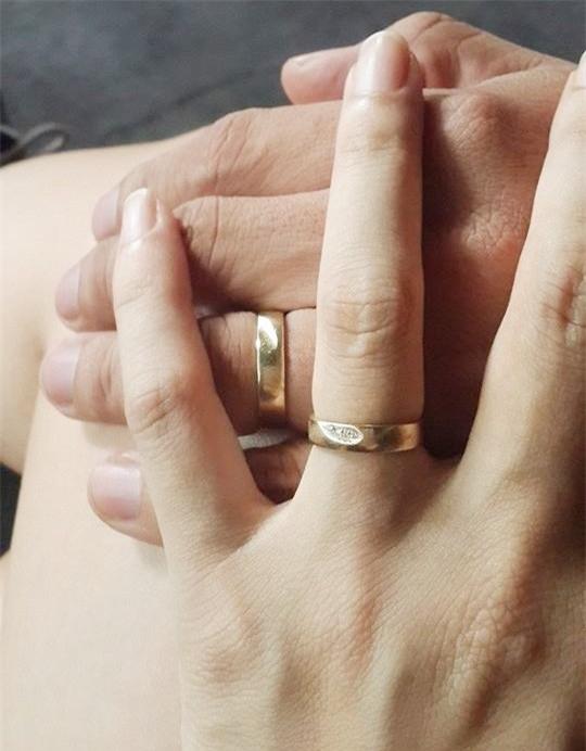 Trước đó, cặp đôi từng chia sẻ hình ảnh nhẫn đính hôn hanh phúc trên trang cá nhân. - Tin sao Viet - Tin tuc sao Viet - Scandal sao Viet - Tin tuc cua Sao - Tin cua Sao