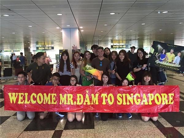 Các bạn trẻ tại Singapore còn chuẩn bị băng-rôn khá là chu đáo cho phần đón tiếp. - Tin sao Viet - Tin tuc sao Viet - Scandal sao Viet - Tin tuc cua Sao - Tin cua Sao