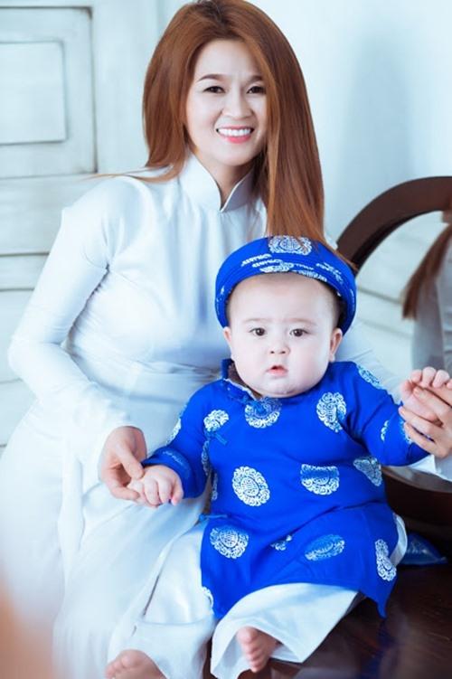 """Bí Bo tên thật là Bibo Salman, có mẹ là người Việt Nam và ba là người Singapore. Cư dân mạng thường gọi cậu bé với danh xưng """"hotboy nhí""""."""