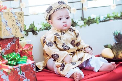 Tuy nhiên theo như chia sẻ của chị Nhung thì ba cậu bé không hề thích điều này. Ba của Bí Bo mong muốn con mình có một cuộc sống tự nhiên như bao đứa trẻ khác thay vì sự nổi tiếng và bị sự phức tạp của mạng xã hội làm ảnh hưởng đến bé.