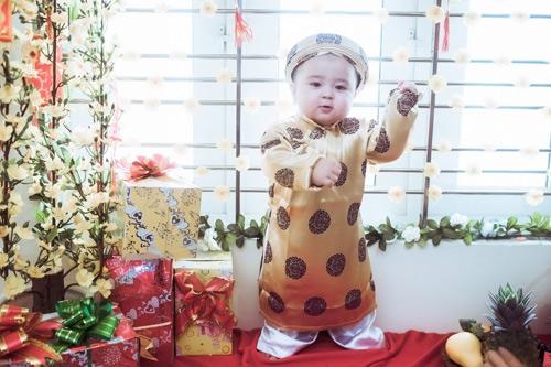 Vẻ đáng yêu không chịu được của cậu bé trong trang phục áo dài truyền thống.