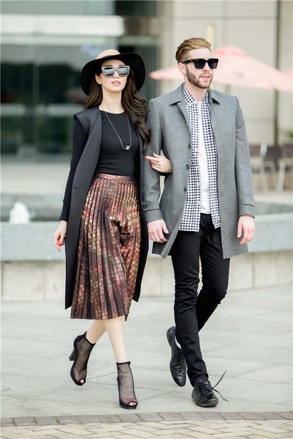 Cả hai dạo phố với trang phục có cách phối hợp cùng màu sắc mang những dư vị của mùa thời trang Thu - Đông. Cả hai tạo ra sự đồng điệu cho tổng thể bởi thiết kế áo khoác dáng dài bên ngoài.
