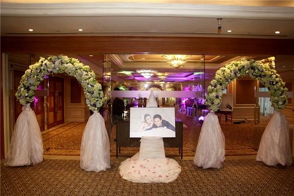 Không gian tiệc cưới mang phong cách châu Âu hiện đại, lãng mạn với tông màu chủ đạo là tím hồng pastel. - Tin sao Viet - Tin tuc sao Viet - Scandal sao Viet - Tin tuc cua Sao - Tin cua Sao