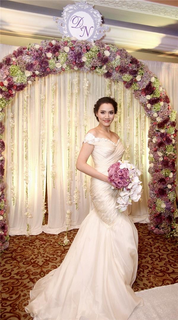 Nữ diễn viên diện bộ áo đầm cưới màu trắng với thiết kế phần đuôi cá ôm sát giúp người đẹp khoe trọn đường cong của cơ thể. - Tin sao Viet - Tin tuc sao Viet - Scandal sao Viet - Tin tuc cua Sao - Tin cua Sao