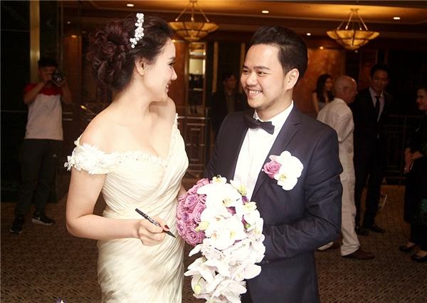 Hai vợ chồng tươi cười hạnh phúc trong ngày trọng đại - Tin sao Viet - Tin tuc sao Viet - Scandal sao Viet - Tin tuc cua Sao - Tin cua Sao
