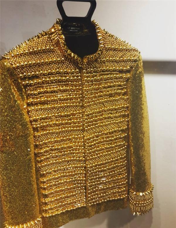 Cận cảnh chiếc áo khoác màu vàng kim của Sơn Tùng.