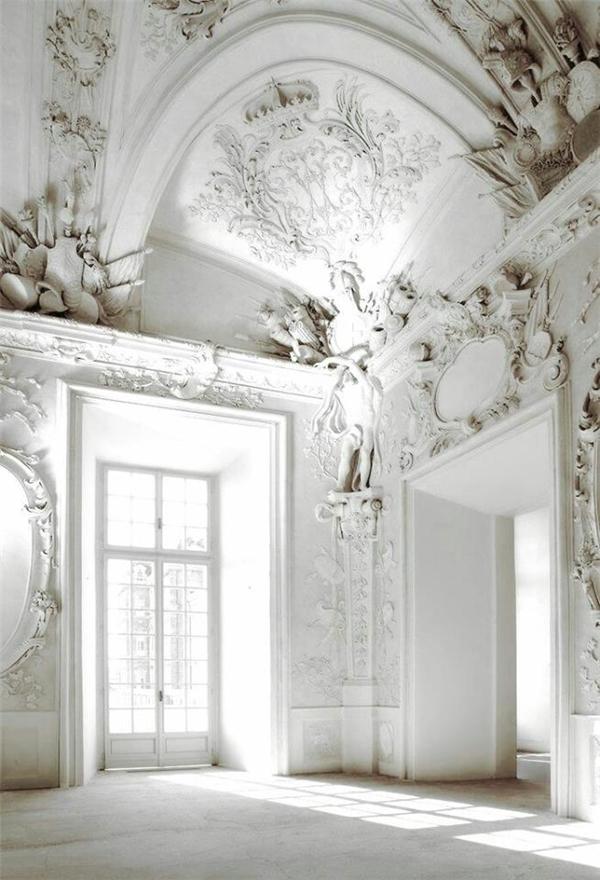 Họa tiết trên chiếc áo làm gợi nhớ đến hoa văn trang trí của những công trình kiến trúc cổ tại châu Âu.