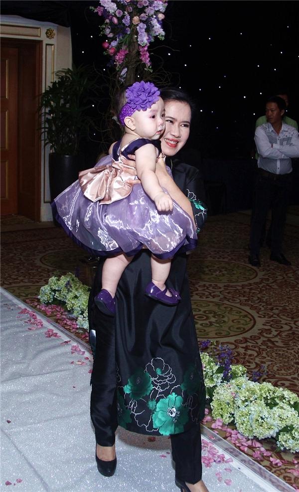Bé Vani được bà nội ẵm vào sảnh cưới trong tiếng hò reo của mọi người. - Tin sao Viet - Tin tuc sao Viet - Scandal sao Viet - Tin tuc cua Sao - Tin cua Sao