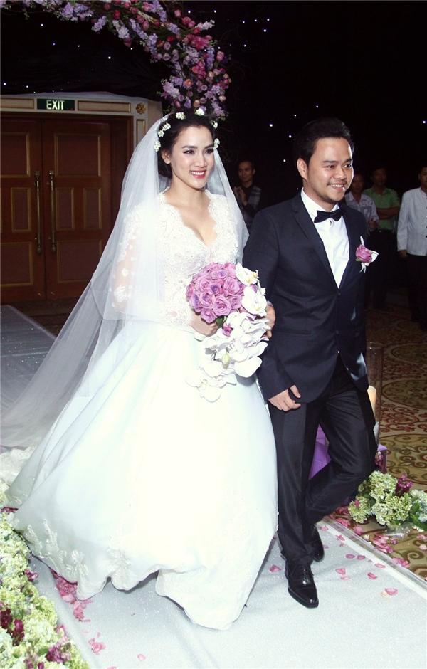 Cặp đôi hạnh phúc nhất: cô dâu Trang Nhung sánh đôi cùng chú rể Hoàng Duy tiến vào sân khấu trong tiếng vỗ tay giòn giã của mọi người. - Tin sao Viet - Tin tuc sao Viet - Scandal sao Viet - Tin tuc cua Sao - Tin cua Sao