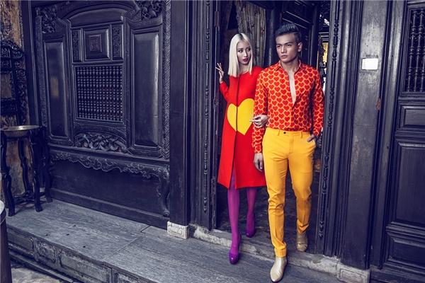 Tình yêu trong bộ sưu tập của Đỗ Mạnh Cường gần như cháy bỏng, đê mê với sắc vàng, cam rực rỡ. Cách phối trang phục theo phong cách color block giúp tổng thể trở nên bắt mắt, nổi bật hơn trên nền những phom dáng kinh điển.