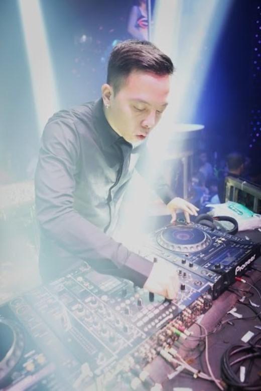 Trong tiệc đêm lần này, DJ Hoàng Touliver đã biến tấu các giai điệu bằng sự cá tính, độc đáo của La French Touch – dòng âm nhạc disco được kết hợp với điện tử sôi động - Tin sao Viet - Tin tuc sao Viet - Scandal sao Viet - Tin tuc cua Sao - Tin cua Sao